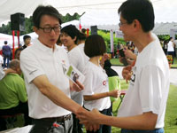 Meridian 101 at the Istana: Joey Tan showing Minister Lim Swee Say the he-ku acupressure point